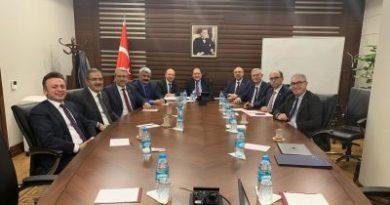Üniversite Hastaneleri Birliği Derneği Yönetim Kurulu Üyeleri, 30 Ocak 2019 Çarşamba günü Hazine ve Maliye Bakan Yardımcısı Osman Dinçbaş'ı ziyaret ederek Üniversite Hastaneleri için yapılması gerekenlere yönelik önerilerini iletti